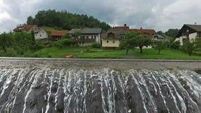 4K Skofja Loka - una di più vecchie città in Slovenia, individuato sui fiumi Vista panoramica con acqua corrente e le montagne stock footage