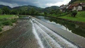 4K Skofja Loka - une des villes les plus anciennes en Slovénie, situé sur les rivières Vue panoramique avec de l'écoulement de l' banque de vidéos