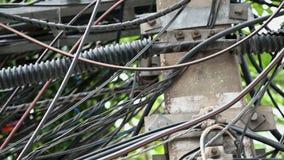 4K slordige hoogspannings elektrische draad in stad stock video