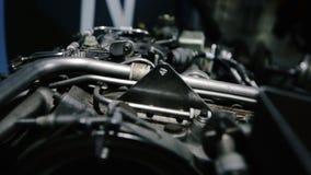 4K sluit omhoog de lengte van de Vliegtuigmotor van een schroefturbinevliegtuig stock videobeelden