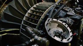 4K sluit omhoog de lengte van de Vliegtuigmotor van een schroefturbinevliegtuig stock video