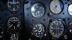 4K sluit omhoog lengte van de binnenkant van een oude vliegtuigcockpit stock footage
