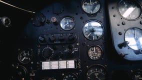 4K sluit omhoog lengte van de binnenkant van een oude vliegtuigcockpit stock videobeelden