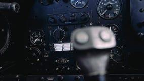 4K sluit omhoog lengte van de binnenkant van een oude vliegtuigcockpit stock video