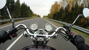 4K Snelle motorfiets die op de mooie beboste weg, breed standpunt berijden van ruiter Klassieke kruiser/bijl voor altijd!