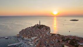 4K Solnedgång över härliga Rovinj Flyg- panoramautsikt för afton av den gamla staden av Rovinj, Istria, Kroatien Video f?r Tid sc lager videofilmer