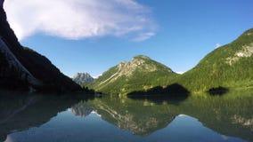 4K Solnedgången på att förbluffa alpen sjön, tidschackningsperiod med djupt mooving skuggor Predil berg för sjö (Lago Del Predil) lager videofilmer