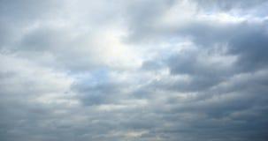 4k som är panorama- av mörka altocumulusmoln, röker långsamt att flyga i molnig himmel lager videofilmer