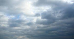 4k som är panorama- av mörka altocumulusmoln, röker långsamt att flyga i molnig himmel arkivfilmer