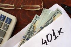 401k som är skriftlig på ett kuvert med dollar Arkivbilder