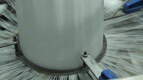 4K som för tillverkning av väver den plast- växten eller polypropylenepåsar stock video
