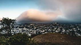 4k som flyttar gemet för Timelapse filmfilm av av solnedgången i San Francisco från dag till natten med moln som rullar in över s arkivfilmer