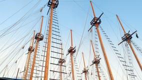 4k som panorerar längd i fot räknat av höga trämaster av det antika skeppet mot blå himmel arkivfilmer