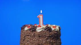 4k - Soplando hacia fuera número una vela en una torta de chocolate deliciosa, pantalla azul del cumpleaños metrajes