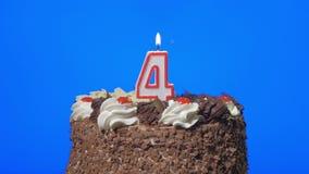 4k - Soplando hacia fuera número vela en una torta de chocolate deliciosa, pantalla azul de cuatro cumpleaños metrajes