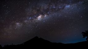 4K - Soporte Rinjani Lombok Indonesia de las estrellas de la vía láctea de Timelapse de la noche metrajes