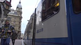 4k, spårvagnar och turister som korsar gatan i Amsterdam, Holland stock video