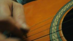 4k stänger sig upp skottet av gitarrbron och raderna, att spela för manhand arkivfilmer