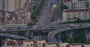 4k stads- upptagna trafikstockningar i skymning, QingDao, porslin Stadsaffärsbyggnad stock video