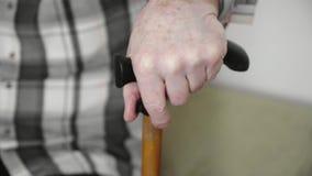 4k starszych osob stary mężczyzna z chodzącym kijem ciężkim stać w górę kanapy od, pernsion opieka zdrowotna zdjęcia royalty free