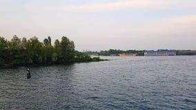 4K Statek żegluje na szeroki rzeczny Zaporoskim z wielkimi mostami przed zmierzchem zbiory