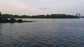 4K Statek żegluje na szeroki rzeczny Zaporoskim z wielkimi mostami przed zmierzchem zdjęcie wideo