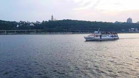 4K statek żegluje na szerokiej rzece Zaporoski przed zmierzchem zbiory
