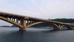 4K statek żegluje na szerokiej rzece Zaporoski z wielkimi mostami przed zmierzchem zbiory