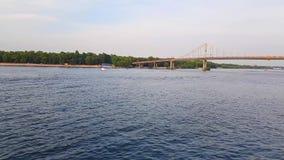 4K statek żegluje na szerokiej rzece Zaporoski z wielkimi mostami przed zmierzchem zdjęcie wideo
