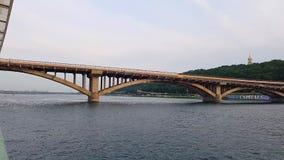 4K statek żegluje na szerokiej rzece Zaporoski z wielkimi mostami przed zmierzchem zbiory wideo