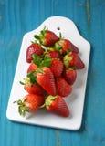 K?stliche rote Erdbeeren auf wei?em Beh?lter lizenzfreie stockfotografie
