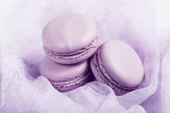 K?stlicher franz?sischer Nachtisch Macaron oder Makrone mit drei leichtes weiches rosa Kuchen auf luftigem Gewebe stockfotografie