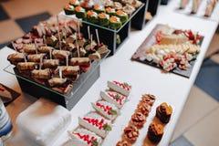 K?stliches festliches Buffet mit canap?s und verschiedenen k?stlichen Mahlzeiten stockfotos