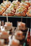 K?stliches festliches Buffet mit canap?s und verschiedenen k?stlichen Mahlzeiten lizenzfreies stockfoto