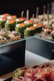 K?stliches festliches Buffet mit canap?s und verschiedenen k?stlichen Mahlzeiten stockfoto