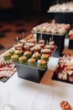 K?stliches festliches Buffet mit canap?s und verschiedenen k?stlichen Mahlzeiten lizenzfreies stockbild