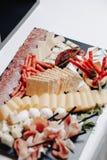 K?stliches festliches Buffet mit canap?s und verschiedenen k?stlichen Mahlzeiten lizenzfreie stockbilder