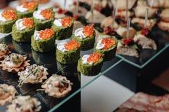K?stliches festliches Buffet mit canap?s und verschiedenen k?stlichen Mahlzeiten stockbilder
