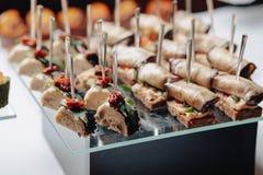 K?stliches festliches Buffet mit canap?s und verschiedenen k?stlichen Mahlzeiten stockbild