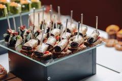 K?stliches festliches Buffet mit canap?s und verschiedenen k?stlichen Mahlzeiten stockfotografie