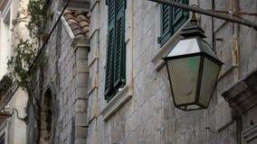 4K Streetlight eller lampa som hänger på fasaden av en byggnad i Dubrovnik lager videofilmer