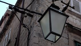 4K Streetlight eller lampa som hänger på fasaden av en byggnad i Dubrovnik arkivfilmer