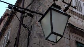 4K Streetlight lub lampy obwieszenie na fasadzie budynek w Dubrovnik zdjęcie wideo