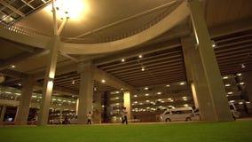 4K Strom des Verkehrs internationalen Flughafen Phuket nachts betretend stock video