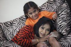 K sugiwa和她的女婴 图库摄影