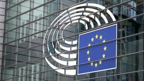 4K Symbool op de voorgevel van het het Europees Parlement gebouw in Brussel stock video