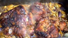 4K, szefa kuchni kucharstwa pieczeni świniowaty mięso na grilla grillu Jedzenie gotujący piec na grillu BBQ zbiory wideo