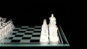4K Szklana szachowa deska z postaciami na czerni zbiory wideo