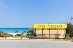 Åk taxi den near stranden och havet för station i Grekland Royaltyfri Foto