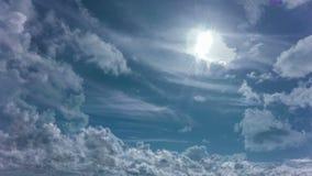 4k Taym sveper daghimmel med fluffiga moln som kretsar videoen arkivfilmer